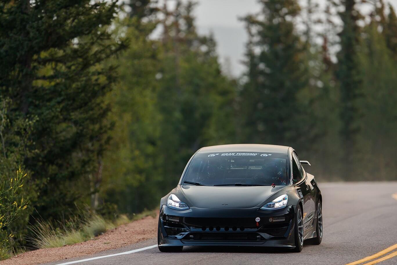 Tesla Model 3 Unplugged Performance разбилась в пятницу, восстановлена в субботу и заняла второе место подъема на Пайкс-Пик в воскресенье в выставочном классе