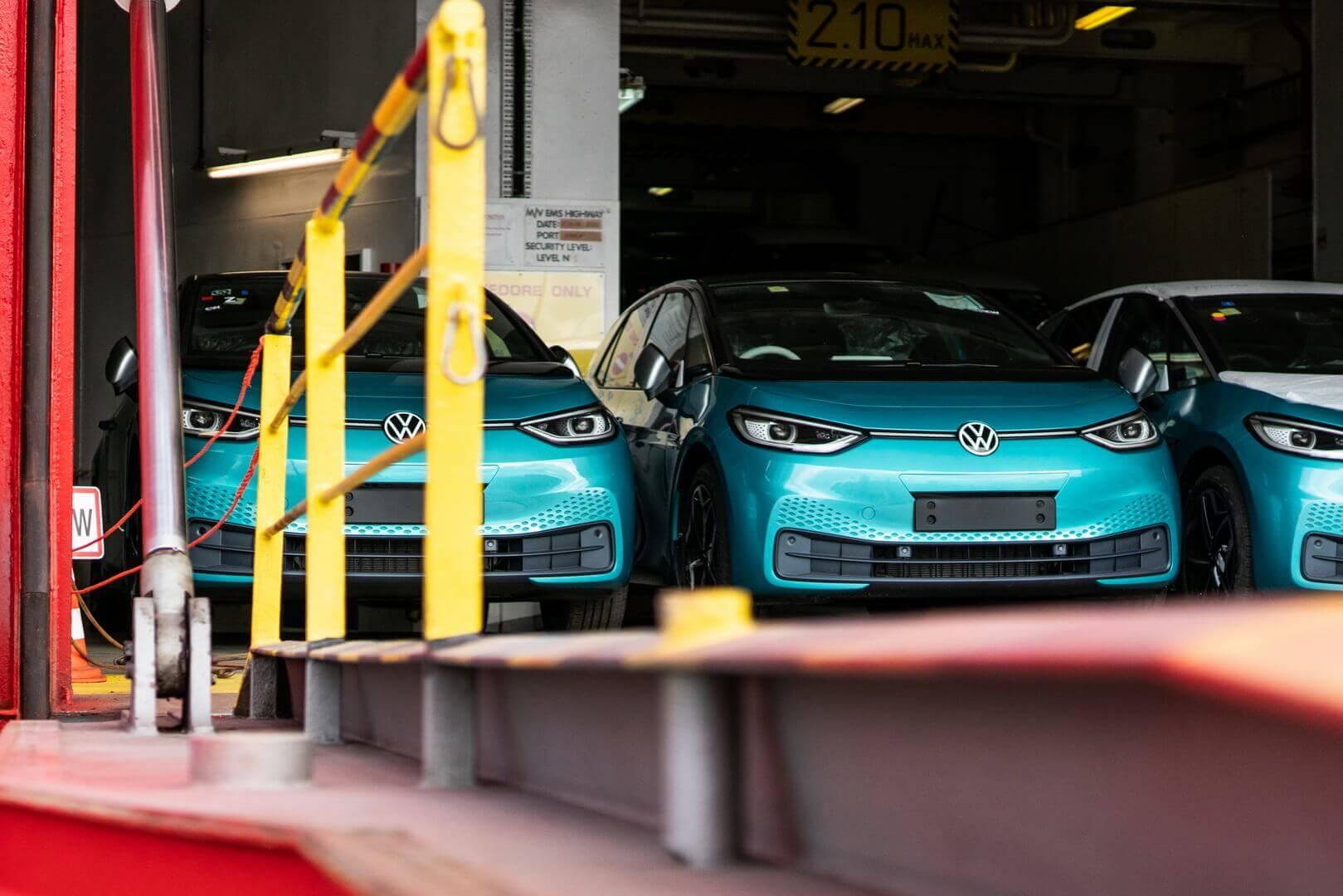 Первая партия клиентских электромобилей — лимитированные модели со спецификацией ID.3 1-го издания достигла британских берегов