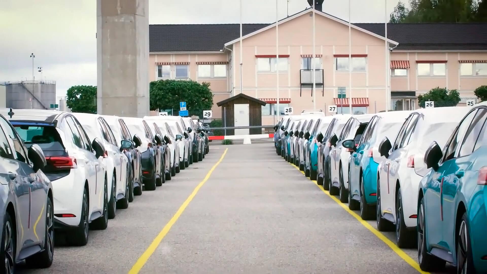 В шведский порт прибыло 300 Volkswagen ID.3 первого издания