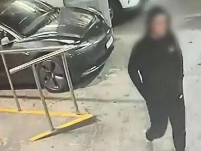 На кадрах видеонаблюдения запечатлены предполагаемые воры возле машины