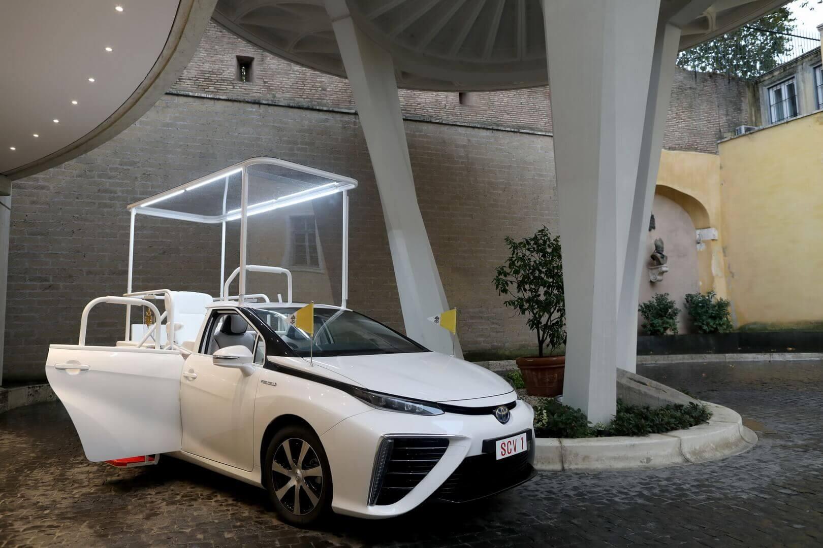 Папа римский пересел на водородный седан Toyota Mirai