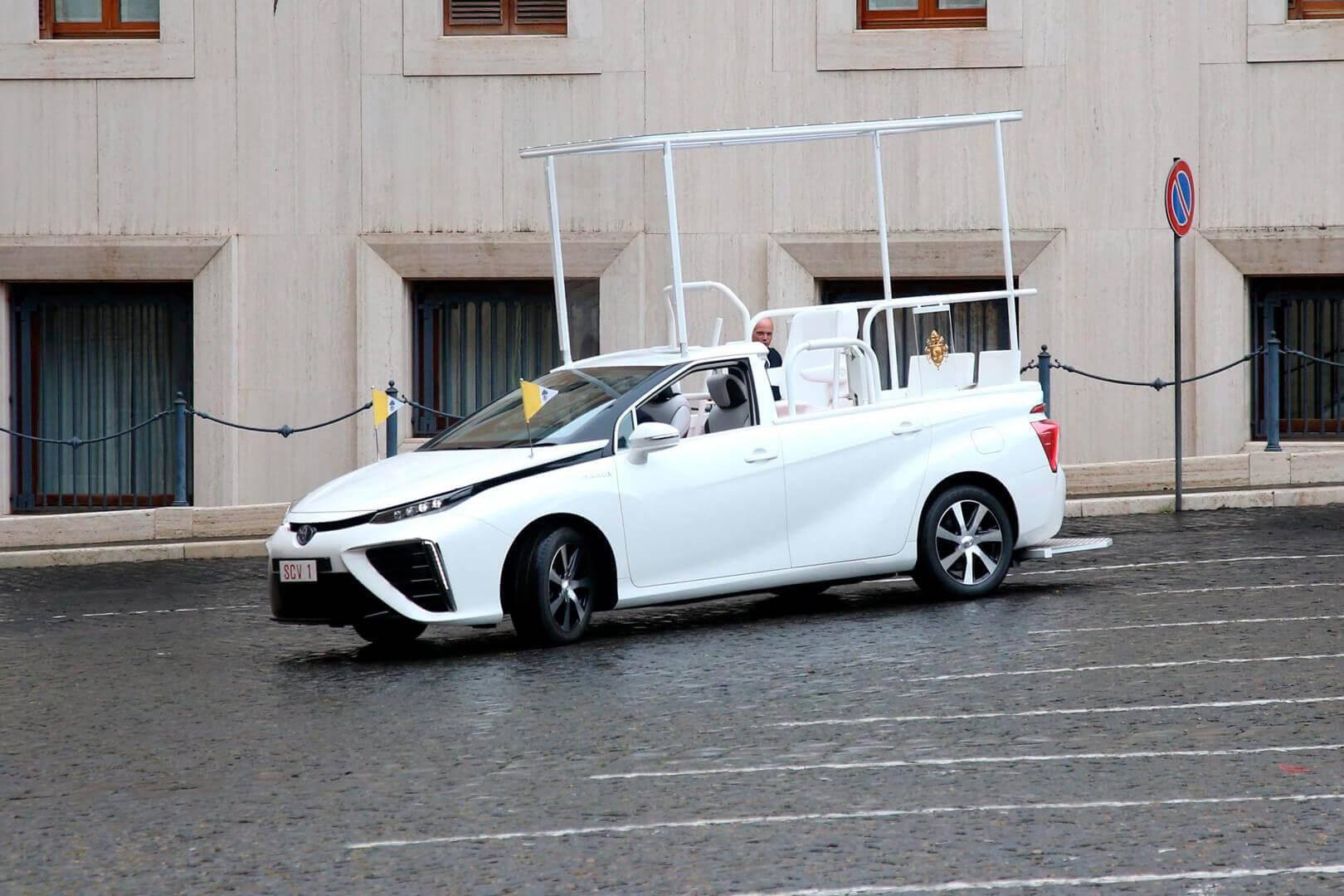 Новой машиной Папы Римского стала водородная Toyota Mirai