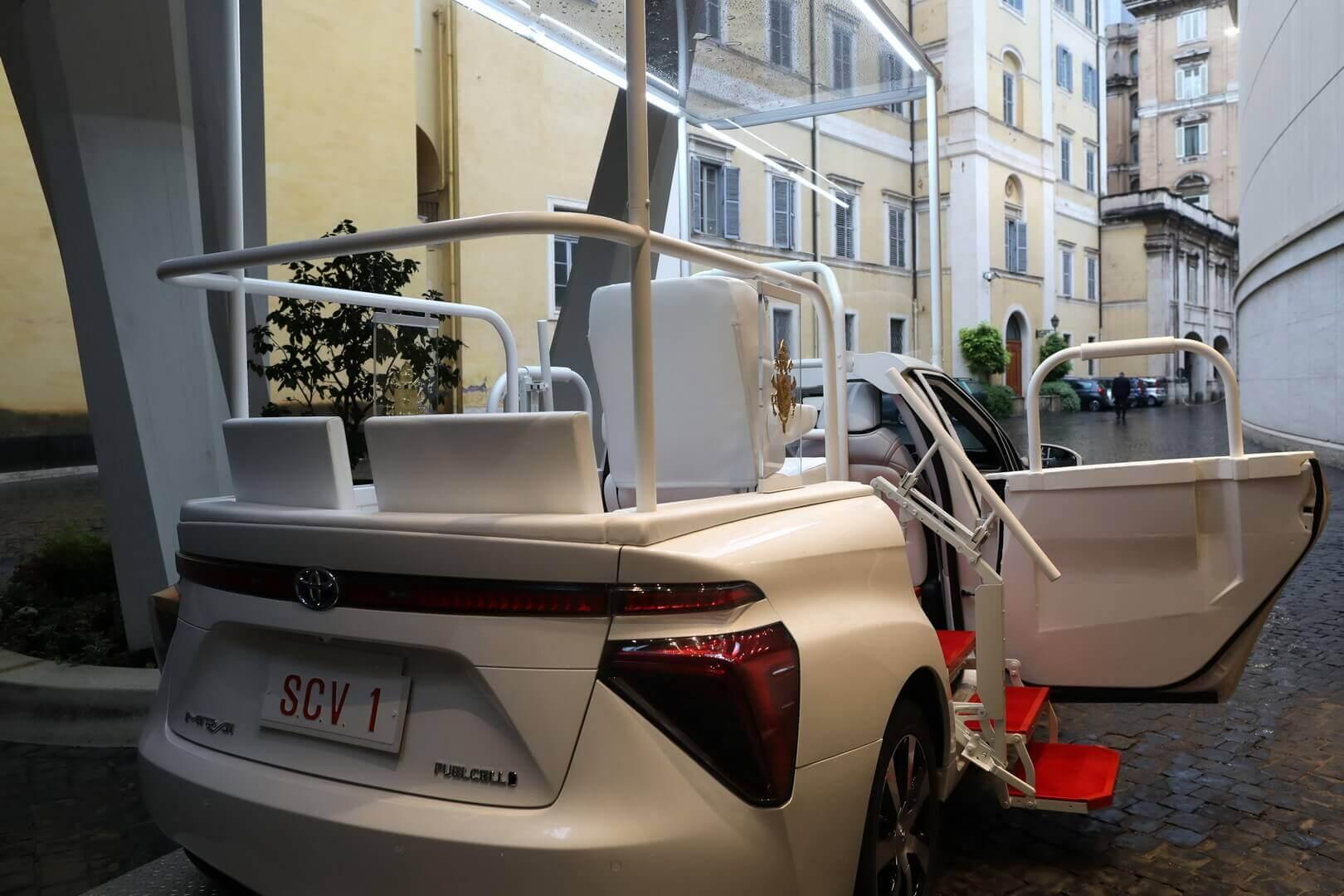 Понтифик пересел на автомобиль на топливных элементах Toyota
