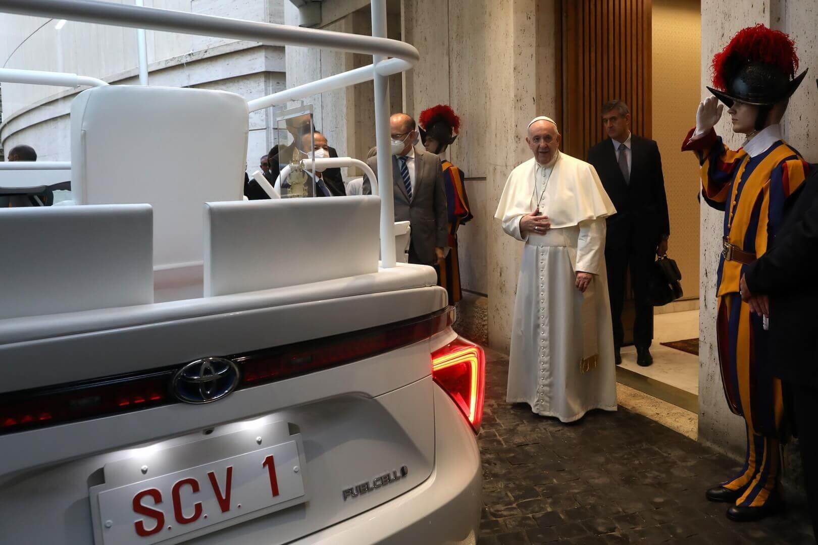 Папа Франциск пересел на водородный седан Toyota Mirai
