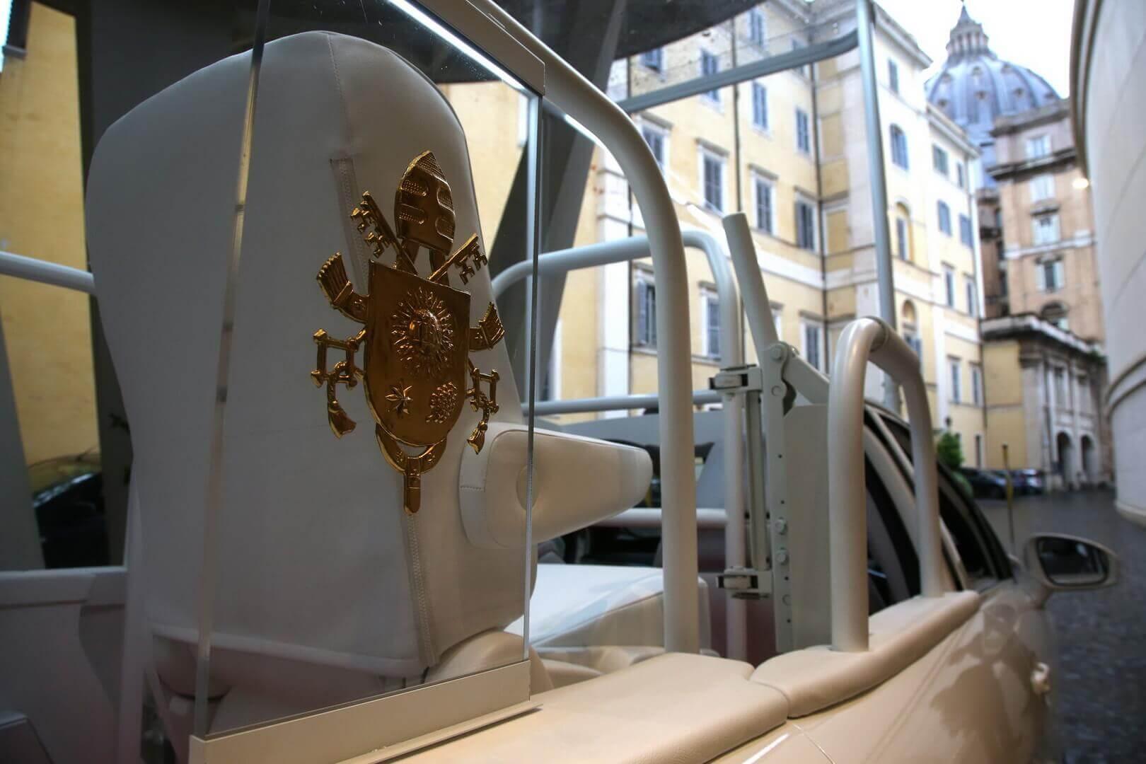 Новым автомобилем Папы Римского стал водородный седан Toyota Mirai