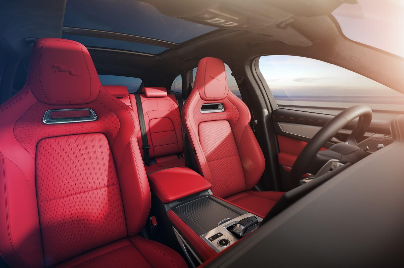 Премиальный салон кроссовера Jaguar F-PACE