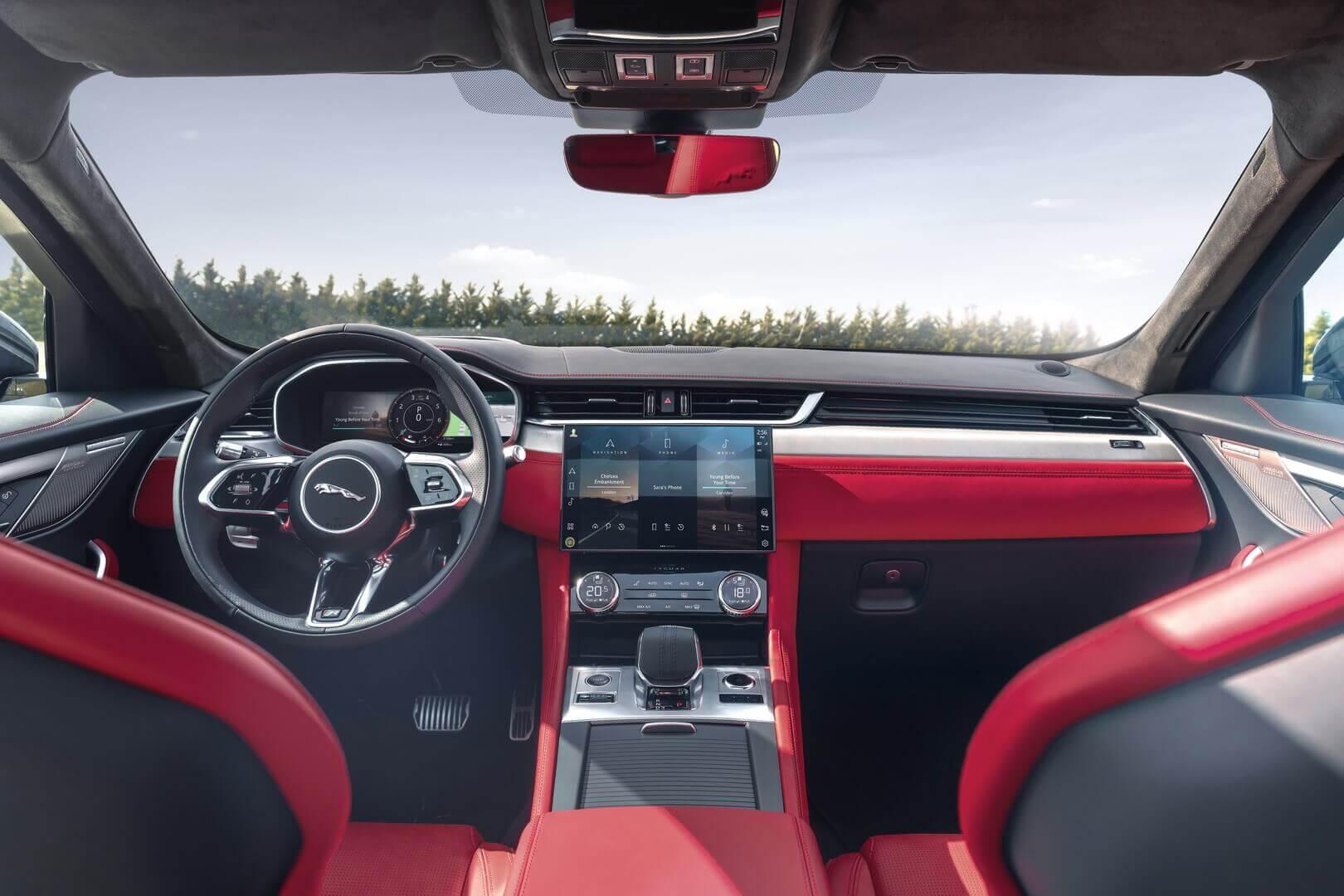 Интерьер кроссовера Jaguar F-PACE