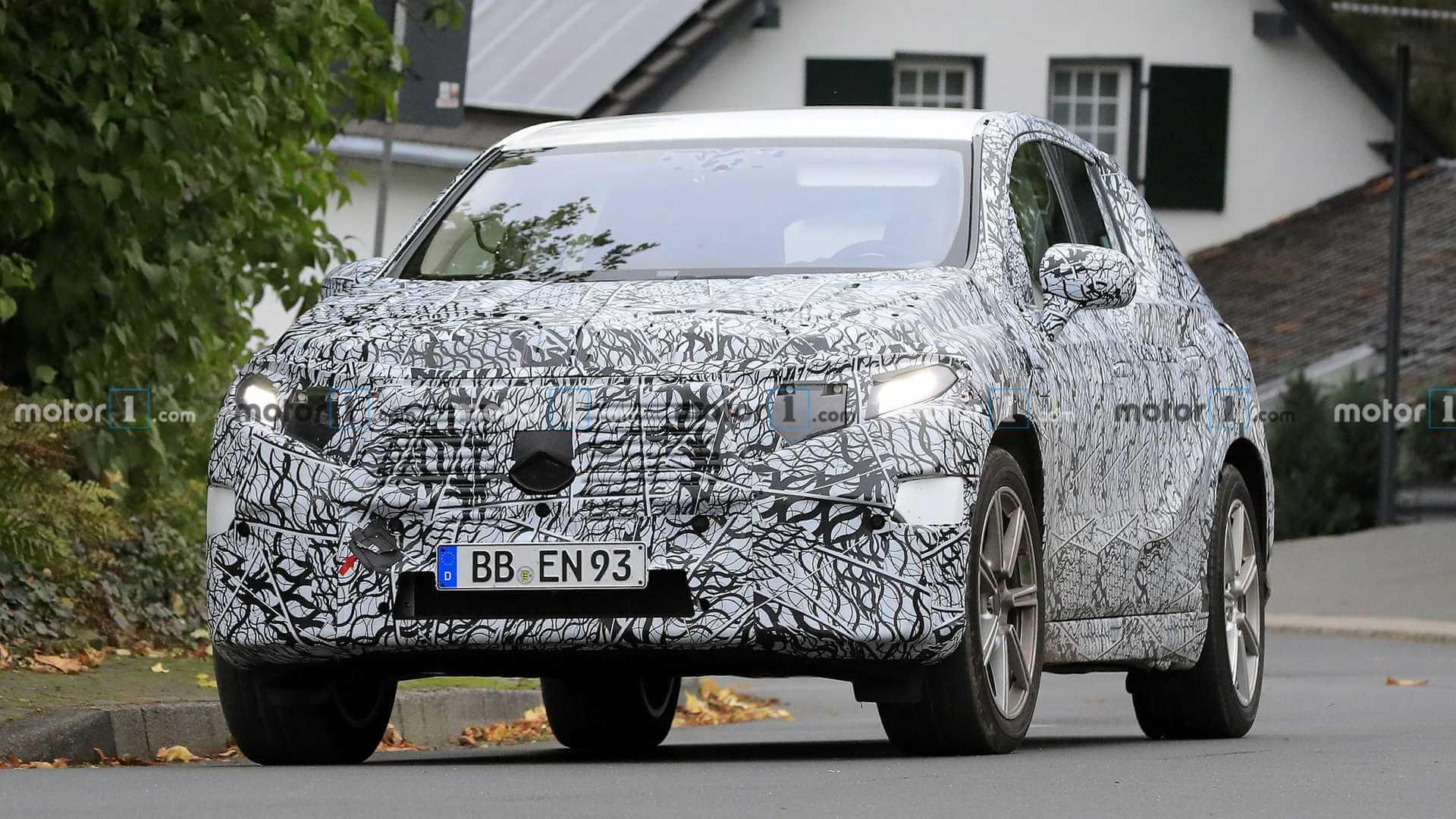 Кроссовер Mercedes-Benz EQS обретает форму на шпионских снимках