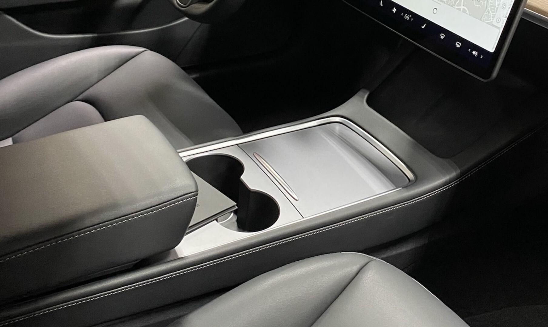 Первый снимок новой центральной консоли Tesla Model 3