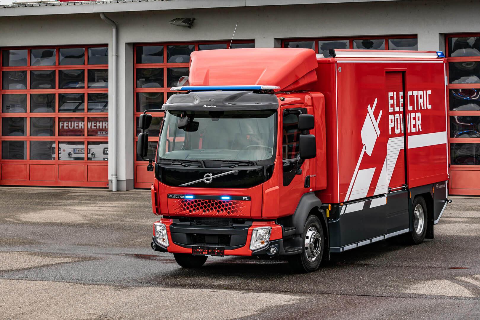 Поставщик пожарных автомобилей Rosenbauer и Volvo Trucks представили первую в мире пожарную машину с полным электрическим приводом на серийном шасси Volvo FL Electric