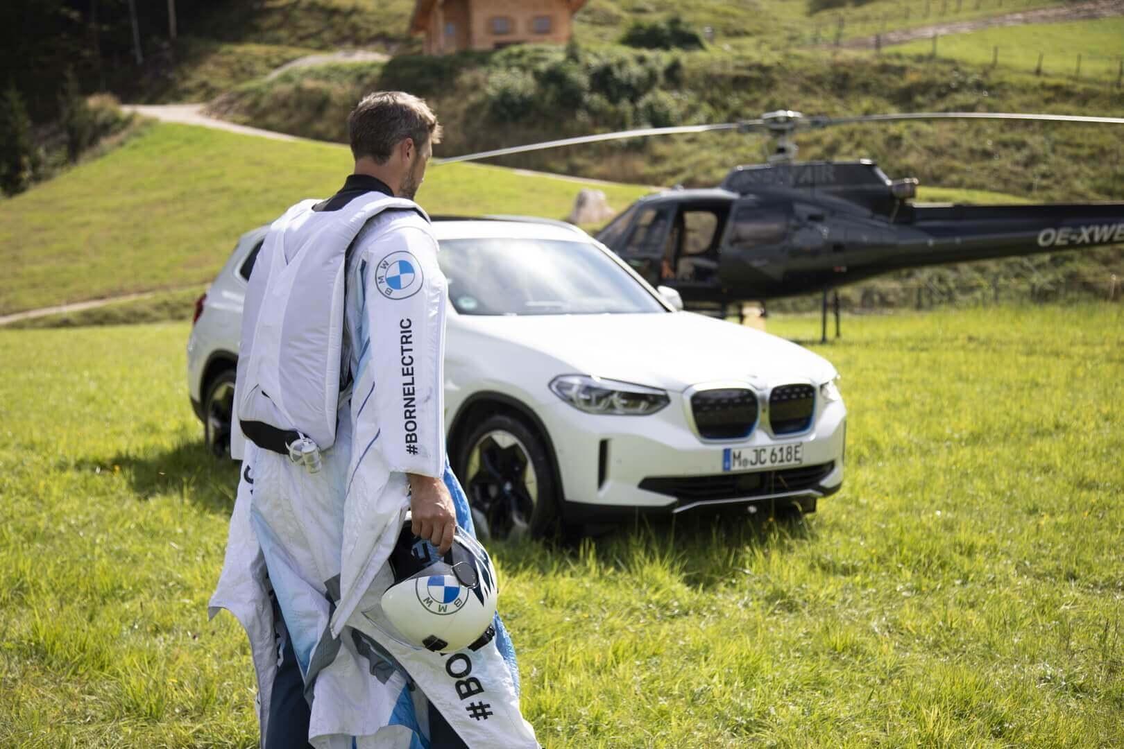 Электрический вингсьют был разработан в сотрудничестве между BMW i, Designworks и профессиональным пилотом вингсьюта Питером Зальцманном из Австрии