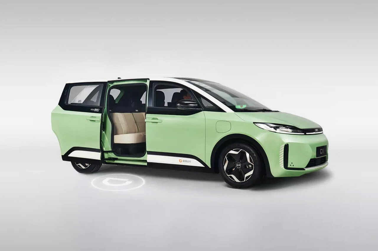 В Китае представили первый электромобиль специально для такси и каршеринга