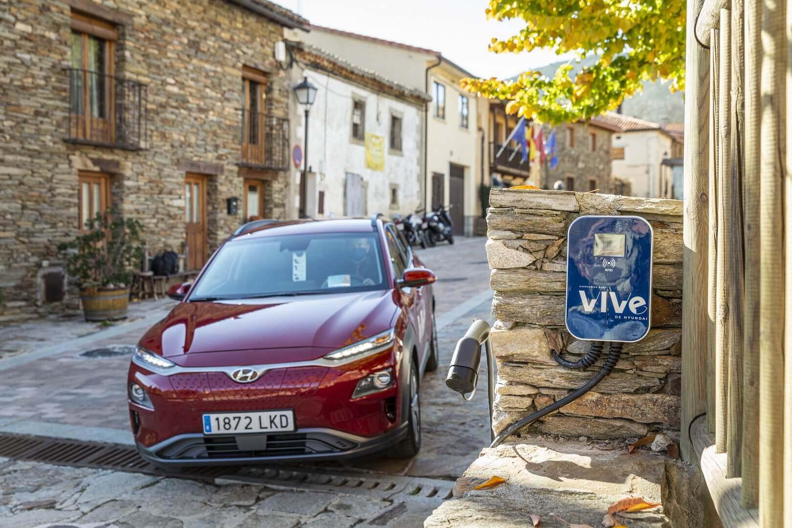 Электрический кроссовер Hyundai Kona Electric на зарядке