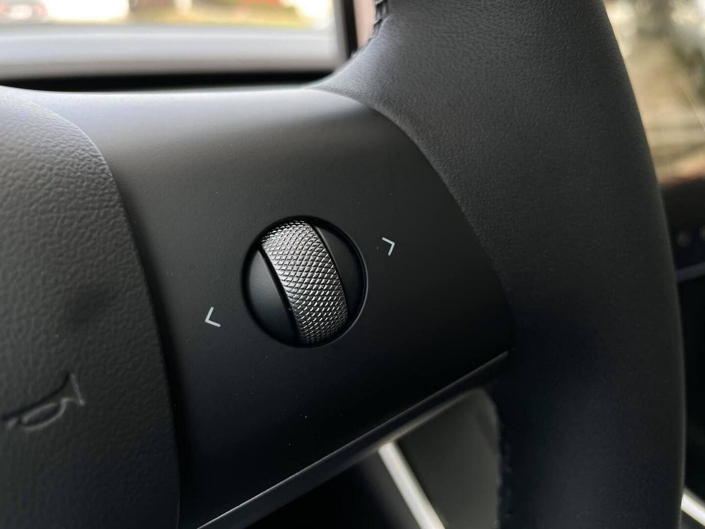Серебряные элементы управления на руле в новой Tesla Model Y