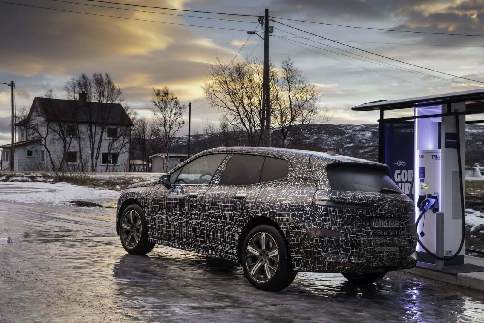 Электрический внедорожник BMW iX на зарядке
