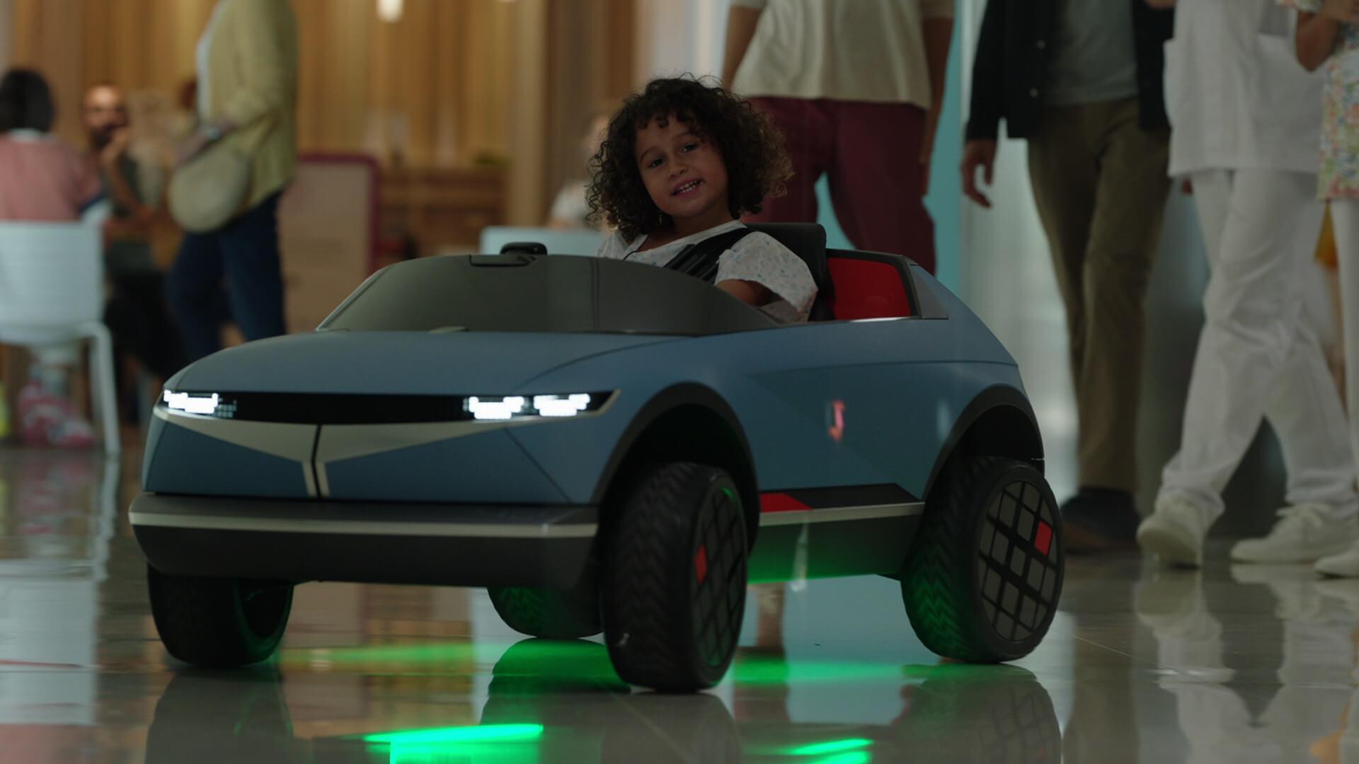 Игрушечный электромобиль Hyundai помогает детям чувствовать себя комфортнее перед лечением вбольнице