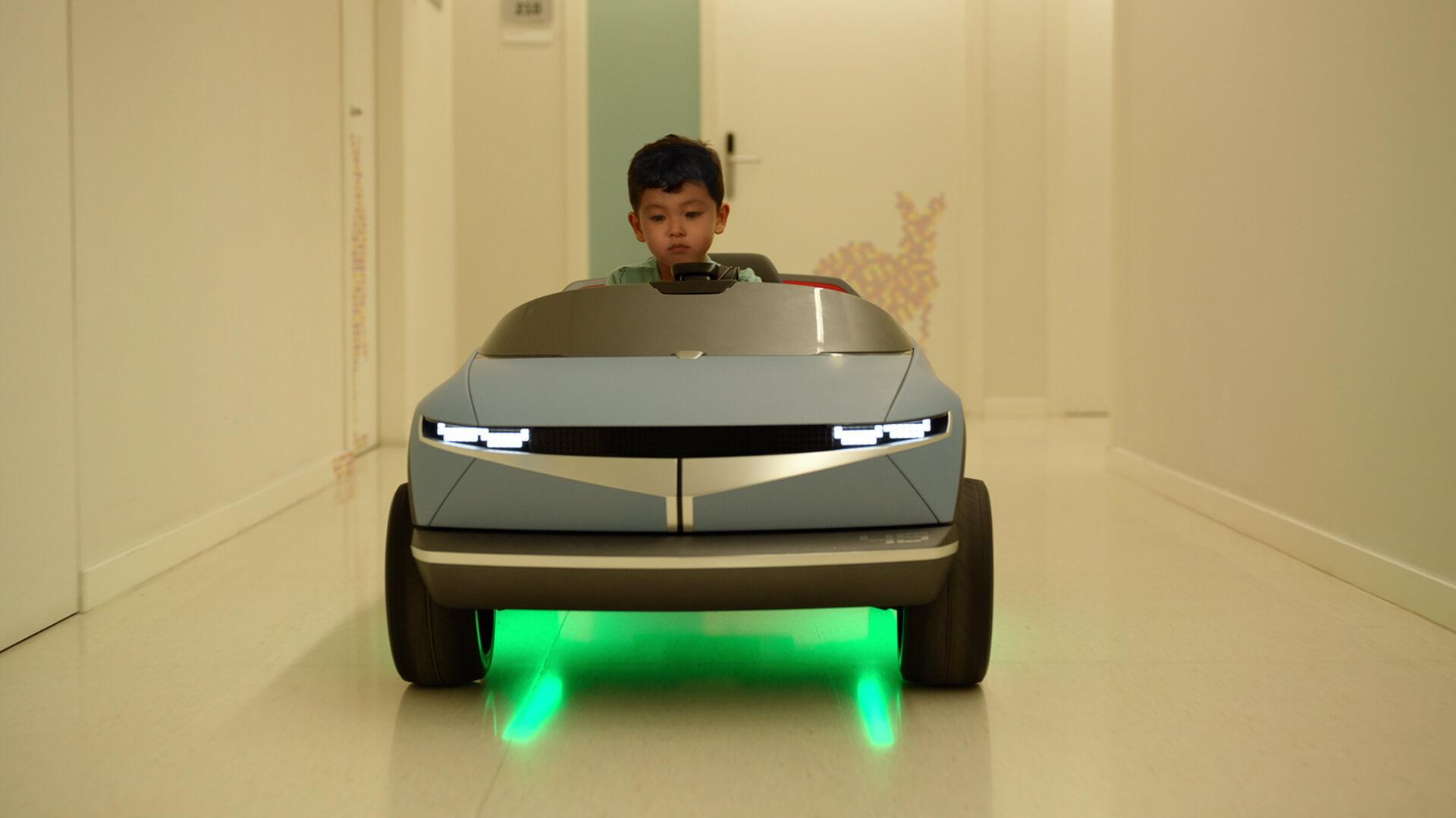 Мини-электромобиль Hyundai «45» вызывает эмоции у детей
