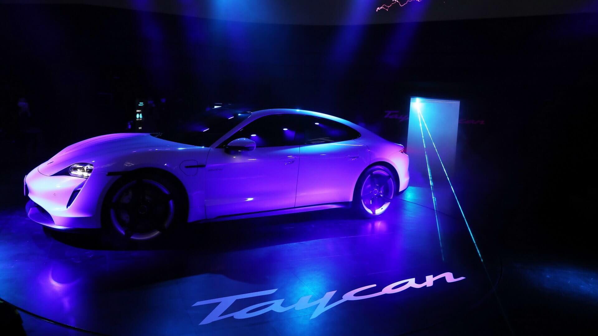 Porsche Taycan запускается вЮжной Корее сзахватывающим голограммным шоу