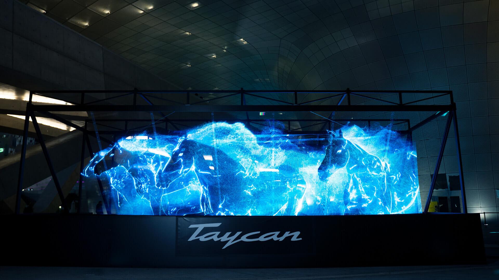 В Южной Корее с помощью голограммного шоу презентовали полностью электрический Porsche Taycan