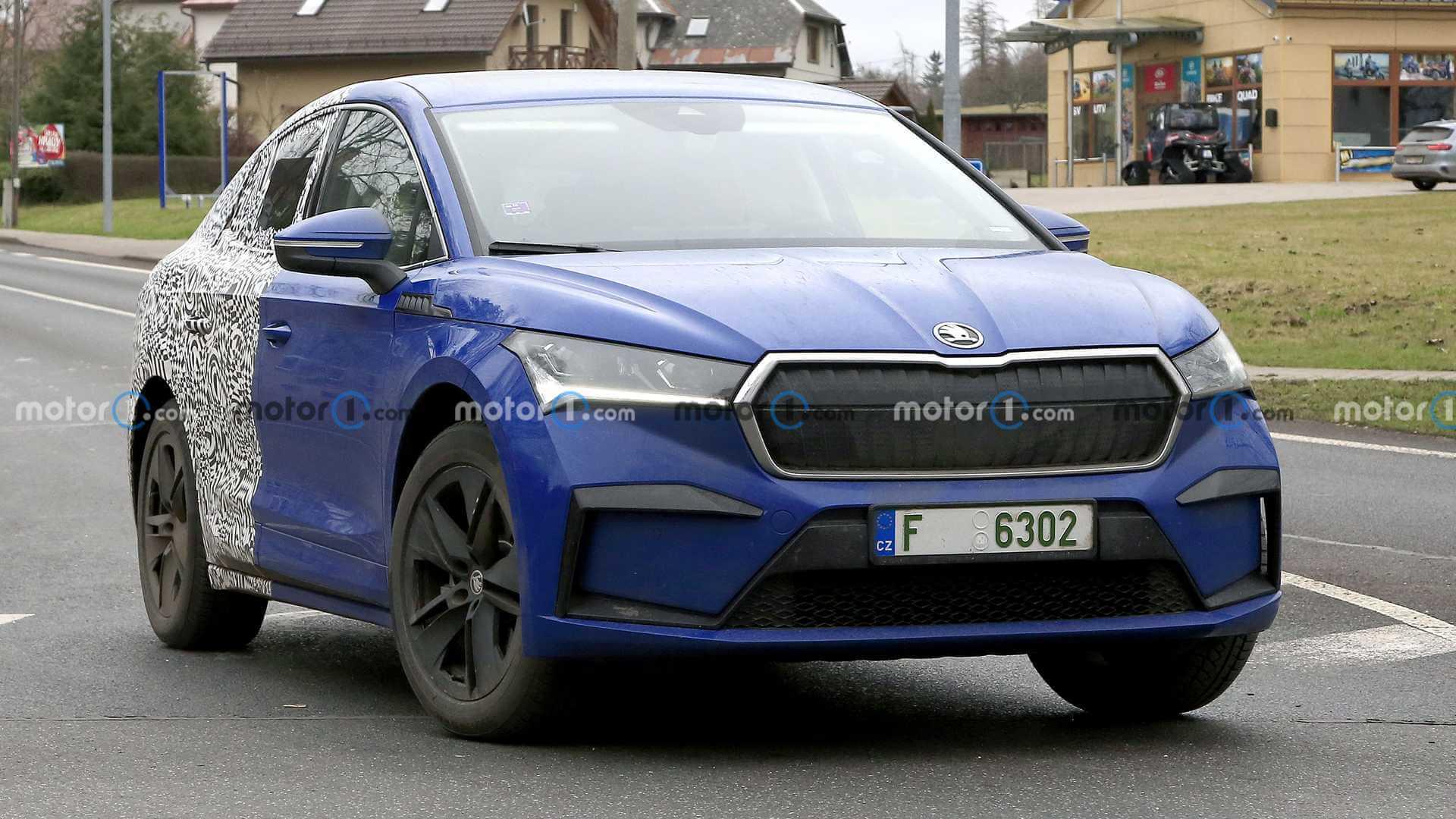 Skoda тестирует частично камуфлированный купе-кроссовер ENYAQ GT