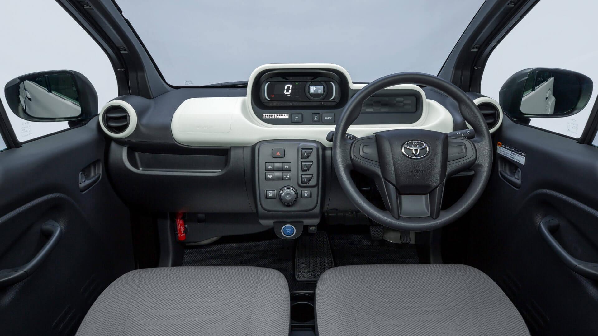 Простой интерьер компактного электромобиля Toyota «C+pod»