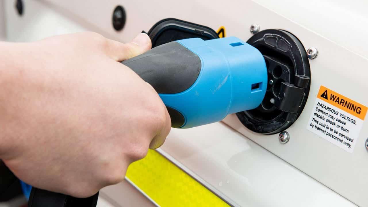 Зарядный порт переоборудованного в электромобиль Toyota Land Cruiser70