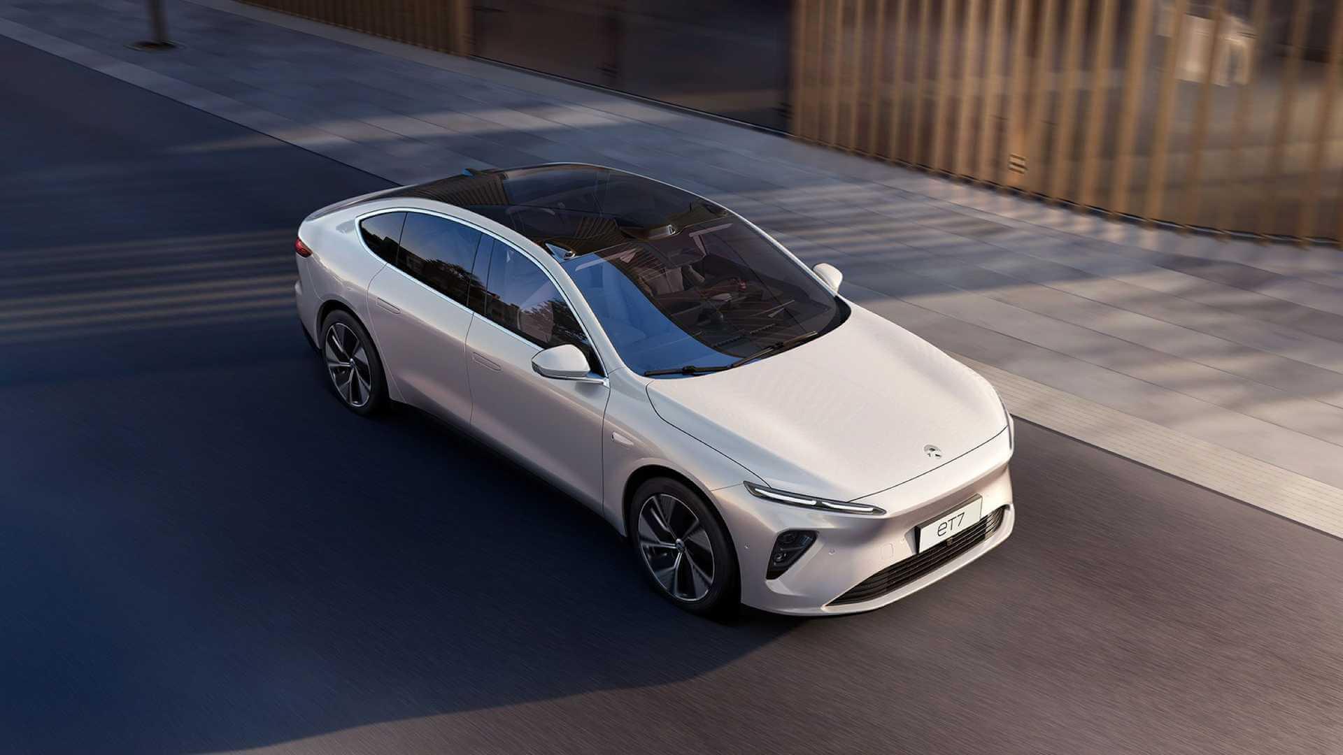 Nio представила свой первый седан ET7 в январе. но поставки начнутся только в 2022 году, а это означает, что у компании не будет новой модели в этом году