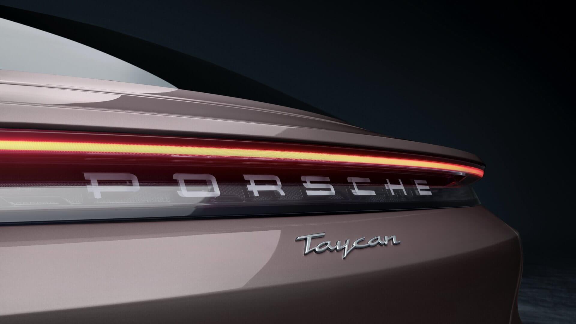 Логотип Porsche, похожий настеклянный, назадней световой панели