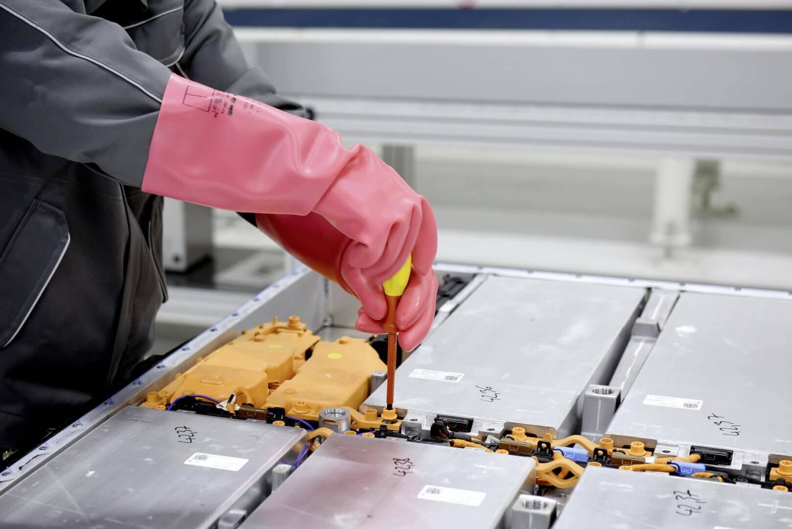 Системы аккумуляторных батарей отсоединяются от всех дополнительных частей и разбираются на отдельные модули