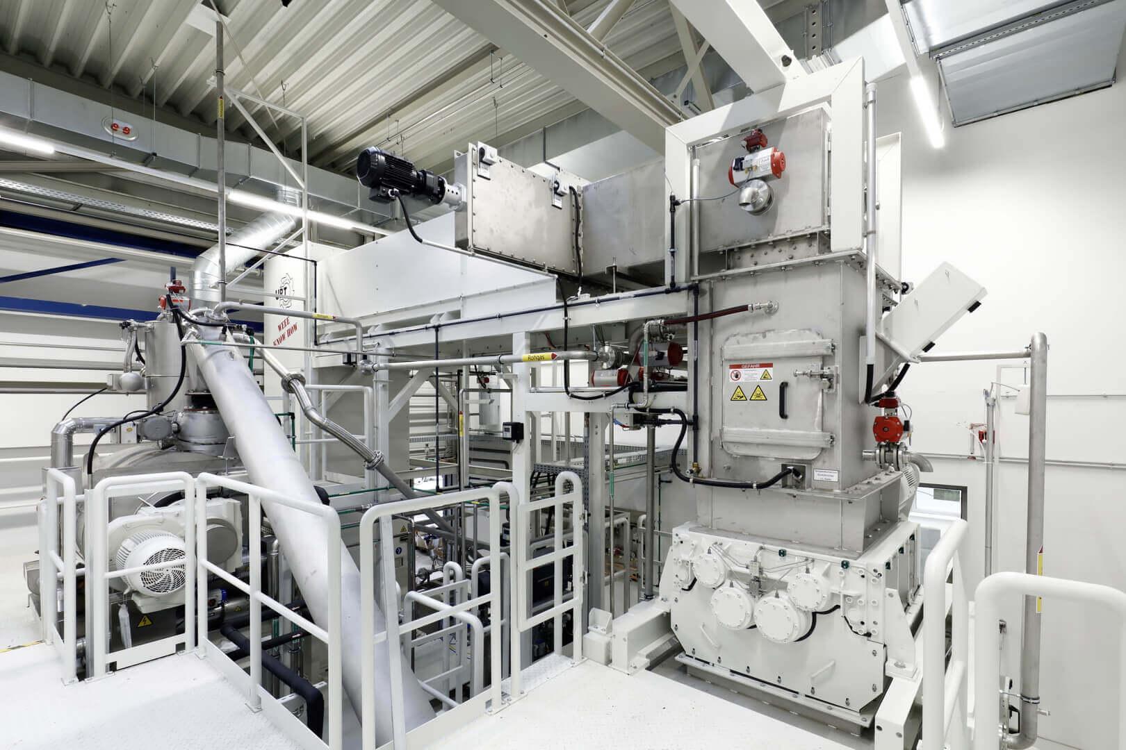 Механический измельчитель перерабатывает аккумуляторные модули в гранулы