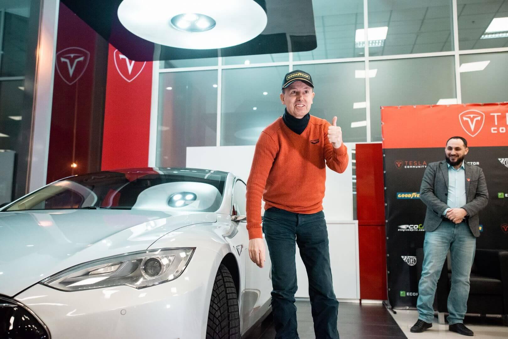 Рафаэль де Местре со своей Model S P85+ Signature в пространстве Tesla Community