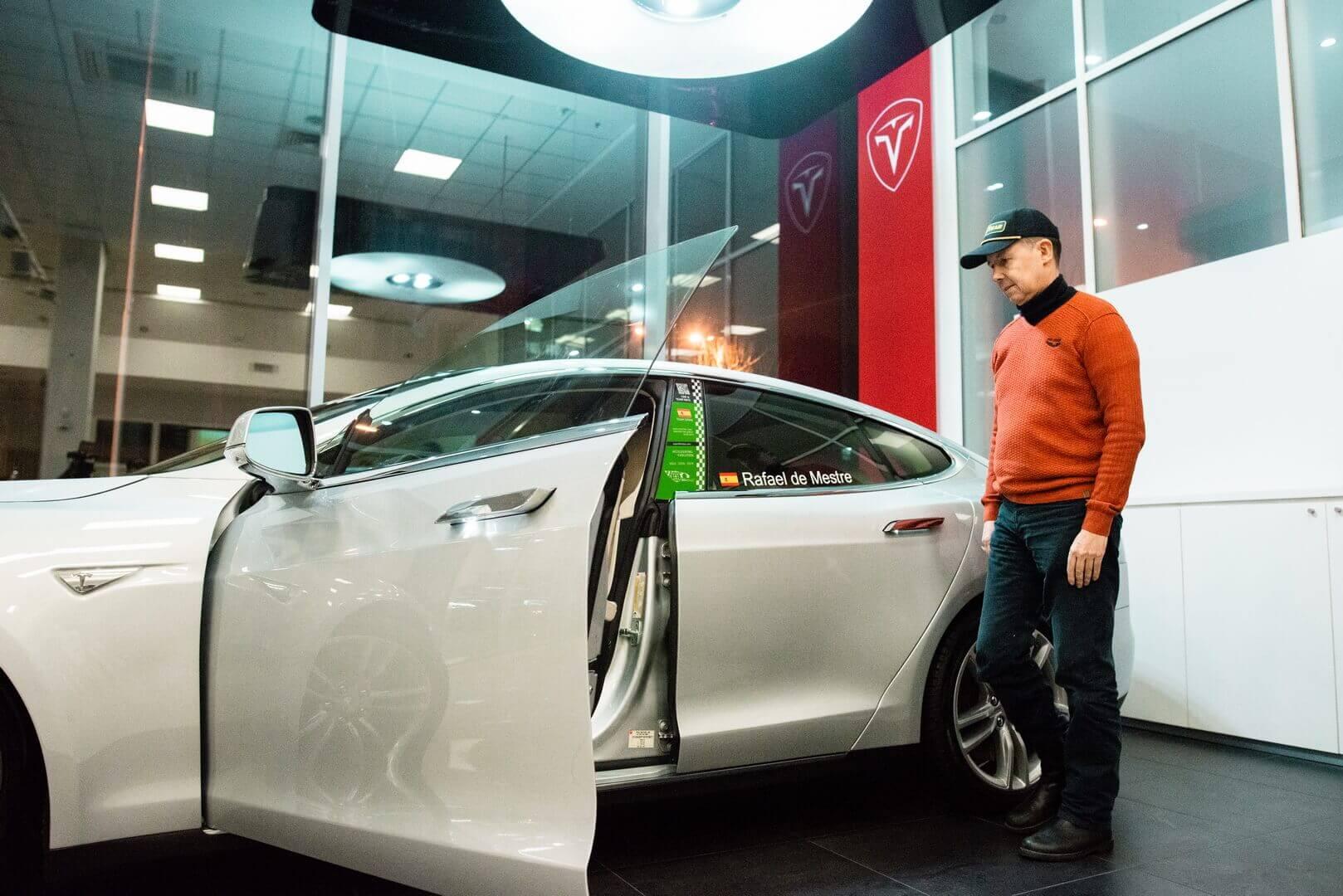 Организатор гонки для электромобилей Eco Grand Prix Рафаэль де Местре со своей Model S P85+ Signature в пространстве Tesla Community