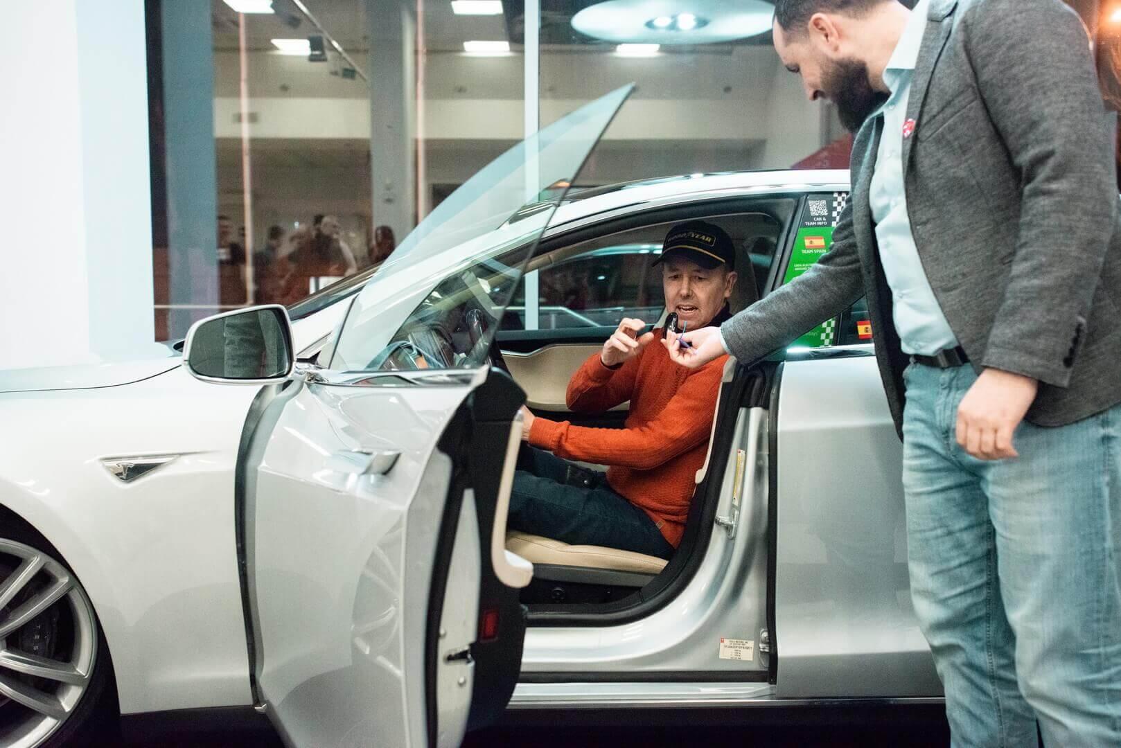 В пространстве Tesla Community Рафаэль де Местре и Сергей Вельчев презентовали украинский этап кругосветного ралли 80edays и отреставрированную машину-легенду