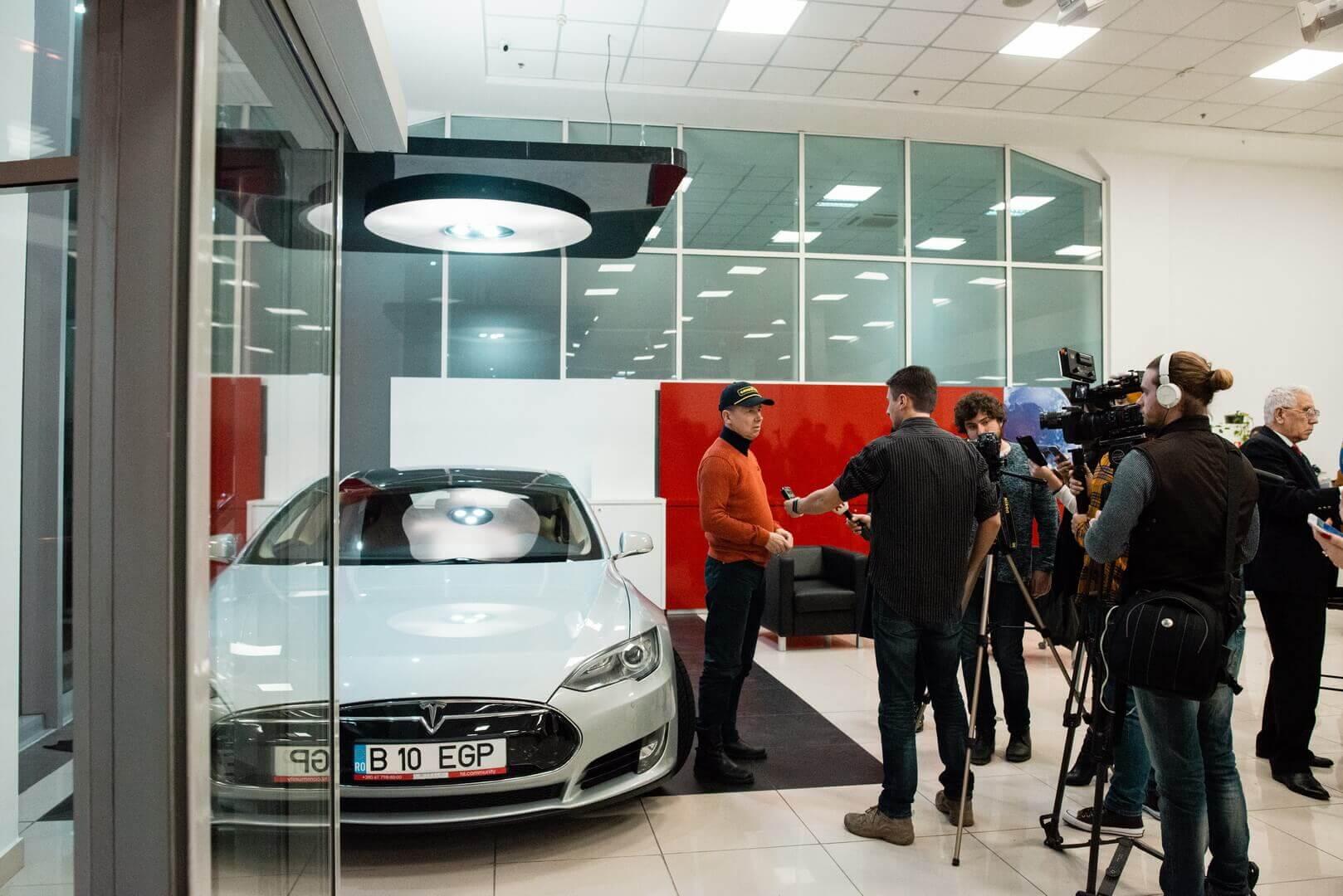 В Одессе презентовали украинский этап кругосветного ралли 80edays иотреставрированную машину-легенду Tesla Model S P85+ Signature
