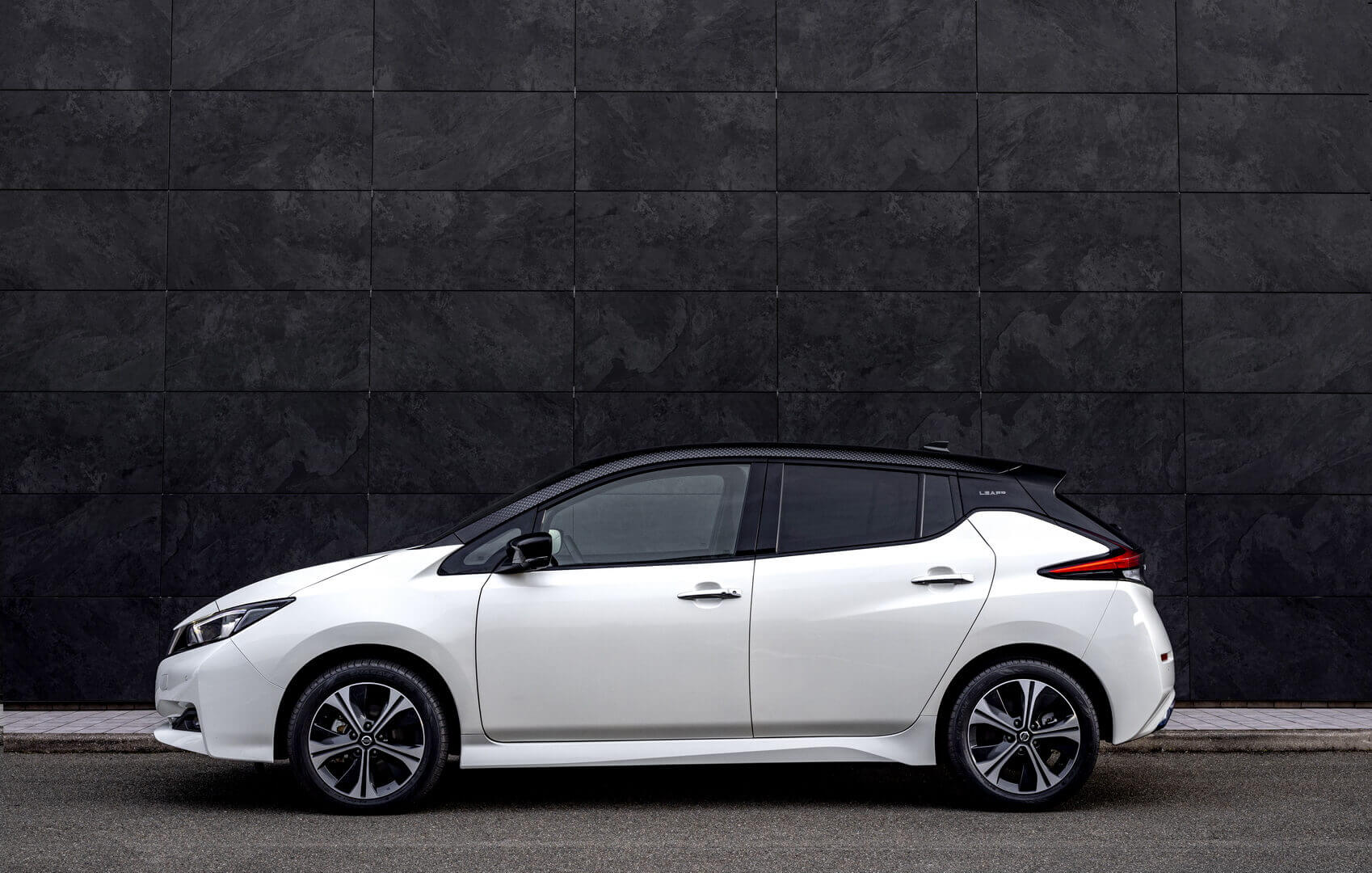 Юбилейный Nissan Leaf10 напомнил об успехе модели