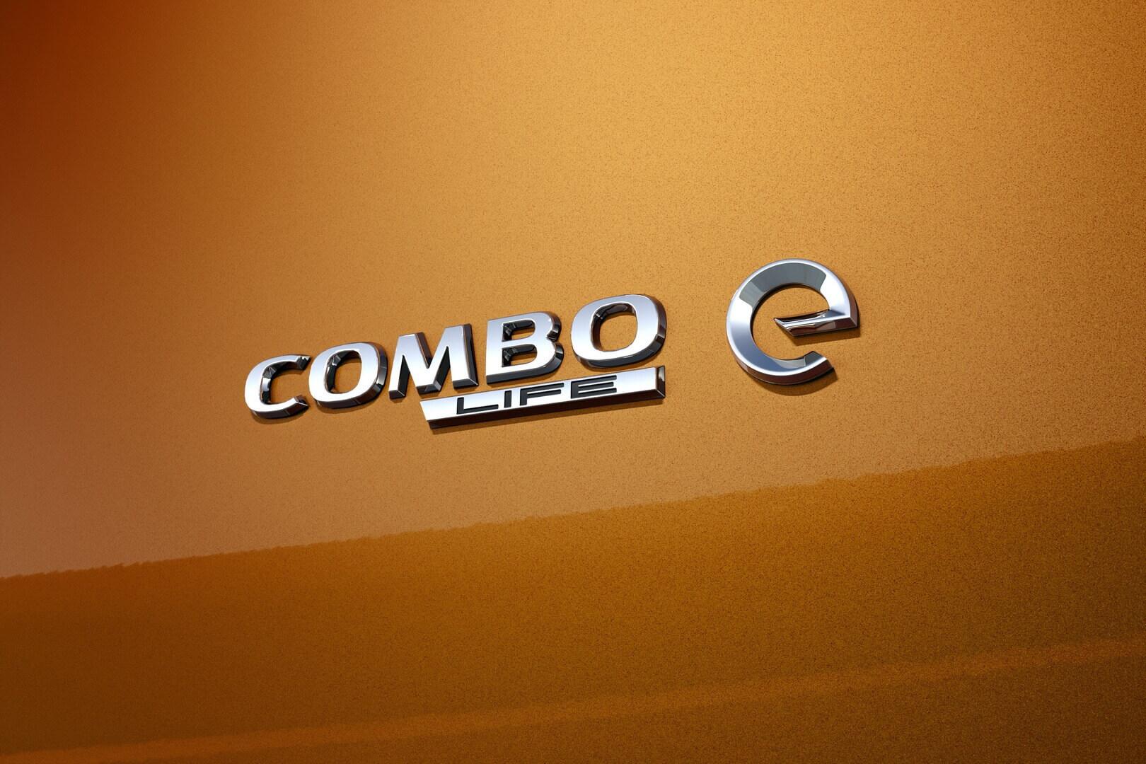 Шильдик «e» в Opel/Vauxhall Combo-e Life, указывающий на природу трансмиссии