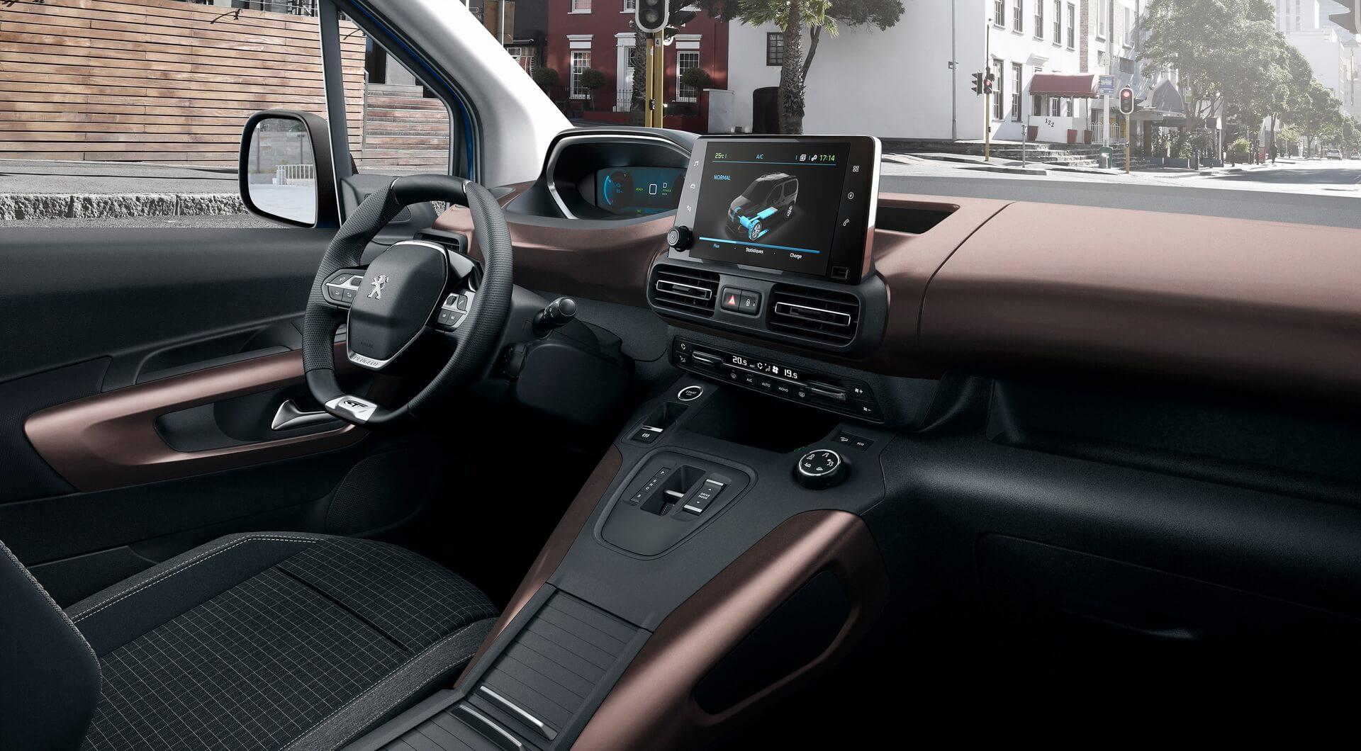 Интерьер электрофургона Peugeot e-Rifter