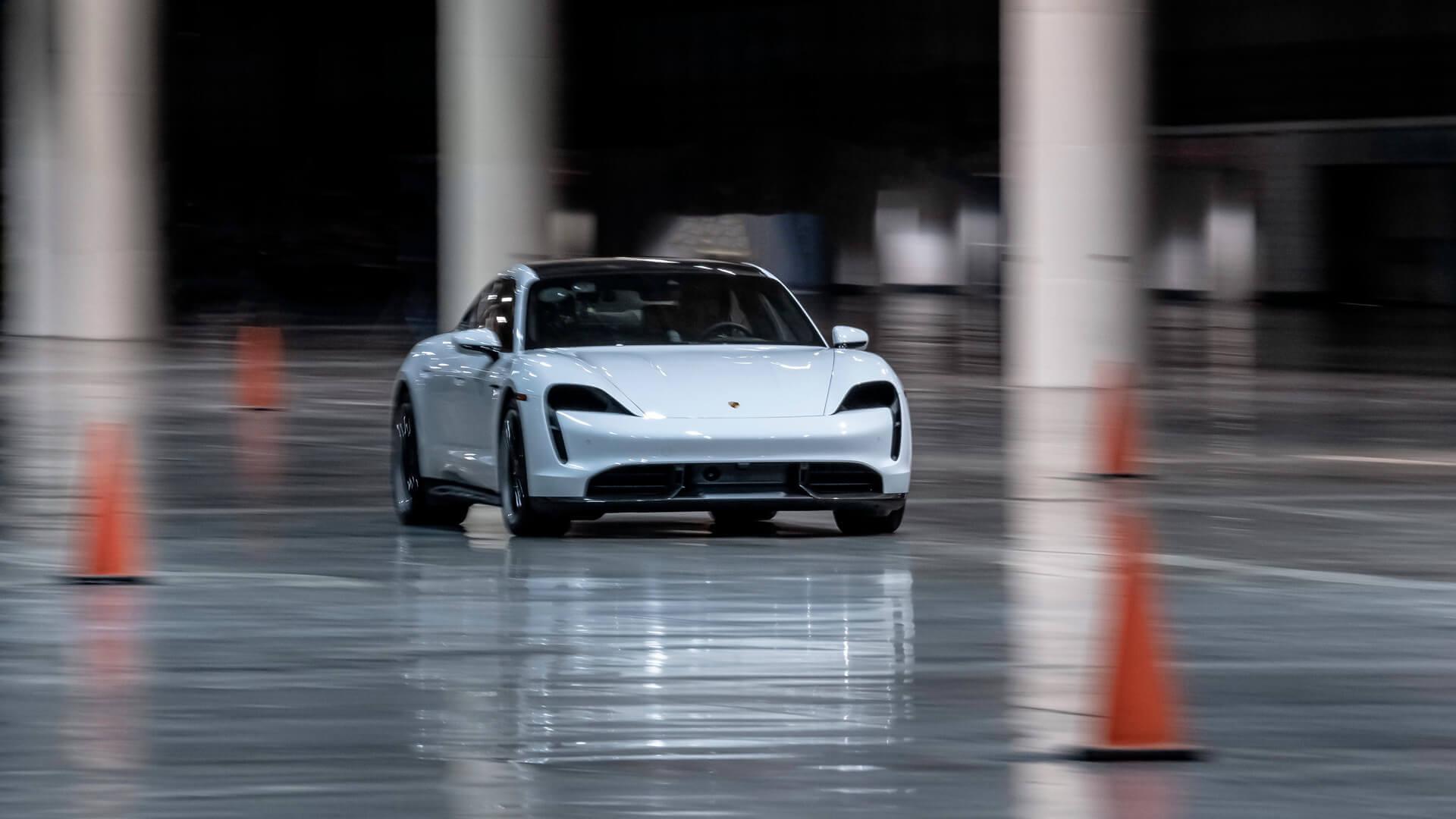 Porsche Taycan установил мировой рекорд скорости в помещении