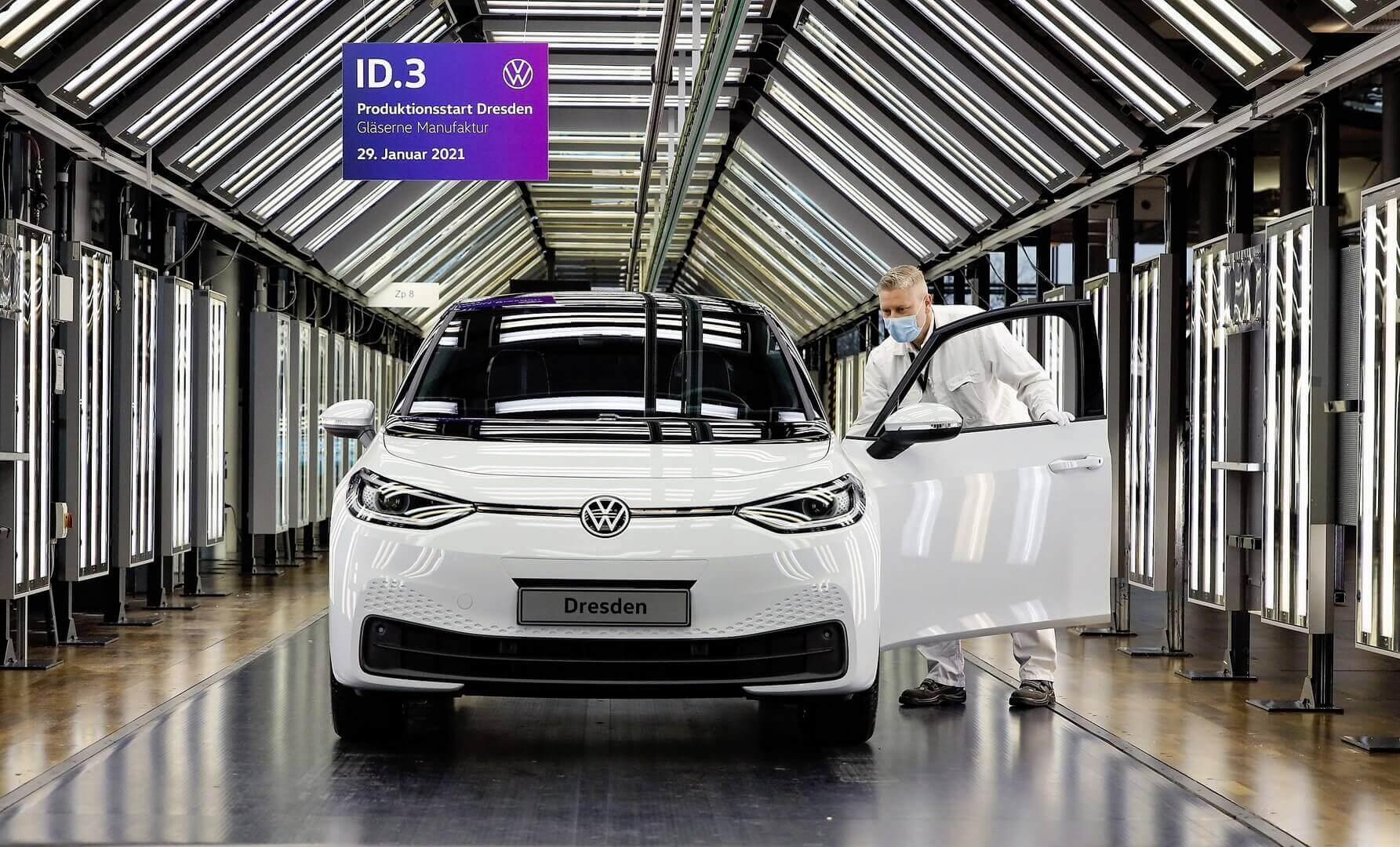 Первый Volkswagen ID.3 сошел сконвейера «Прозрачной фабрики» вДрездене