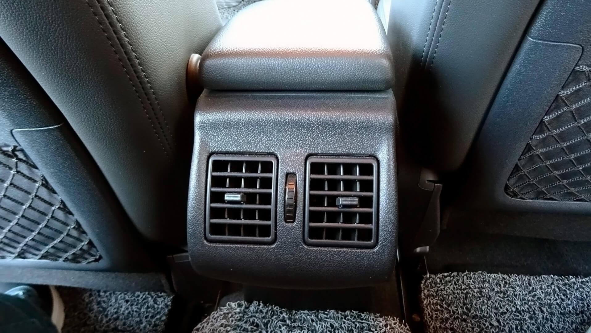 Пассажиры второго ряда сидений имеют возможность установить свою температуру для комфорта
