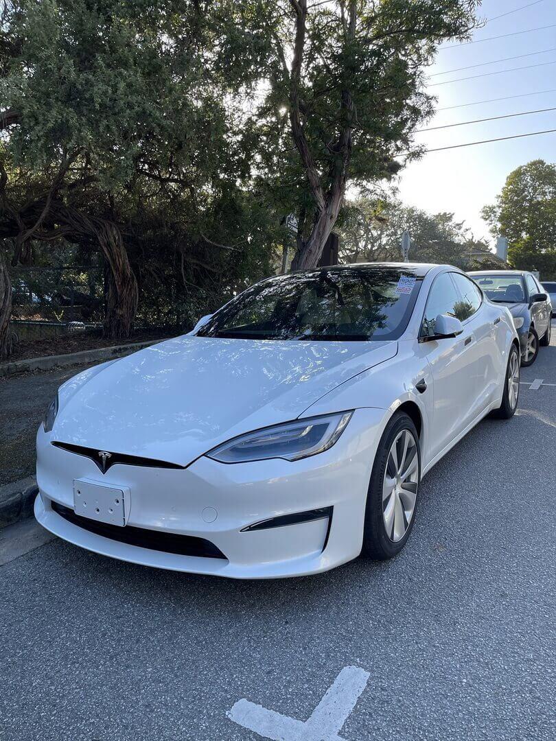 Обновленная Tesla Model S 2021 года на улицах калифорнийского города Кармел