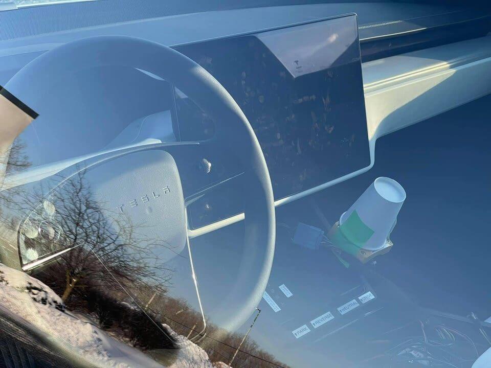 Обновленная Tesla Model S 2021 года с «обычным» рулем