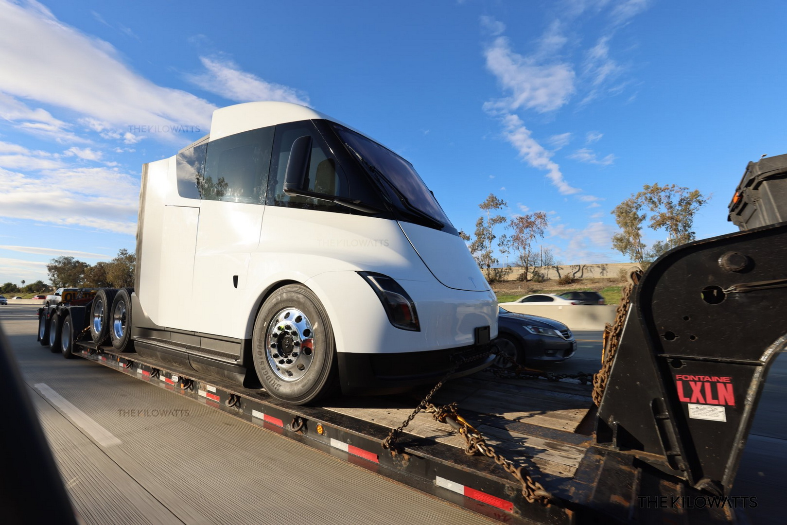 Обновленный Tesla Semi получил новые фары и боковое остекление