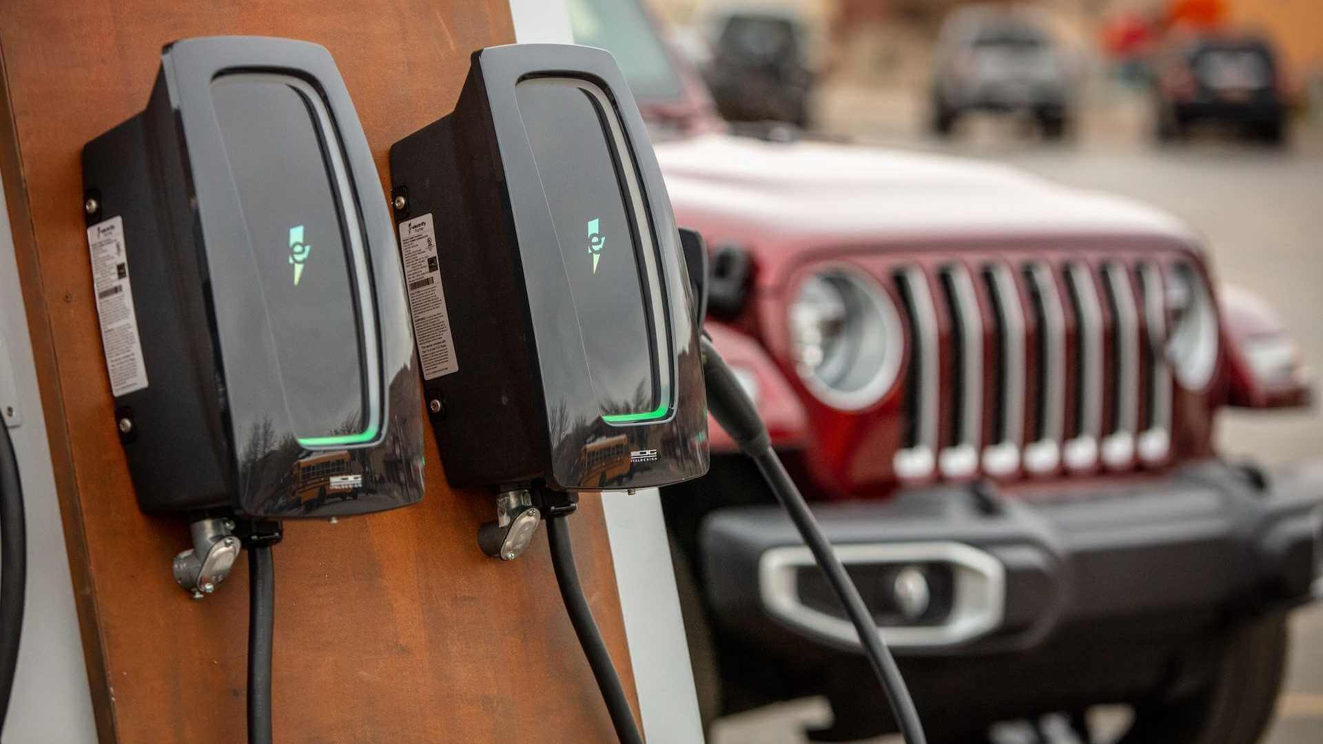 Electrify America сотрудничает с Jeep, чтобы предоставить зарядные станции на внедорожных трассах