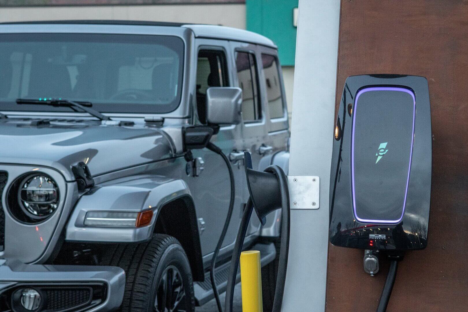 Плагин-гибрид Jeep Wrangler 4xe на зарядке