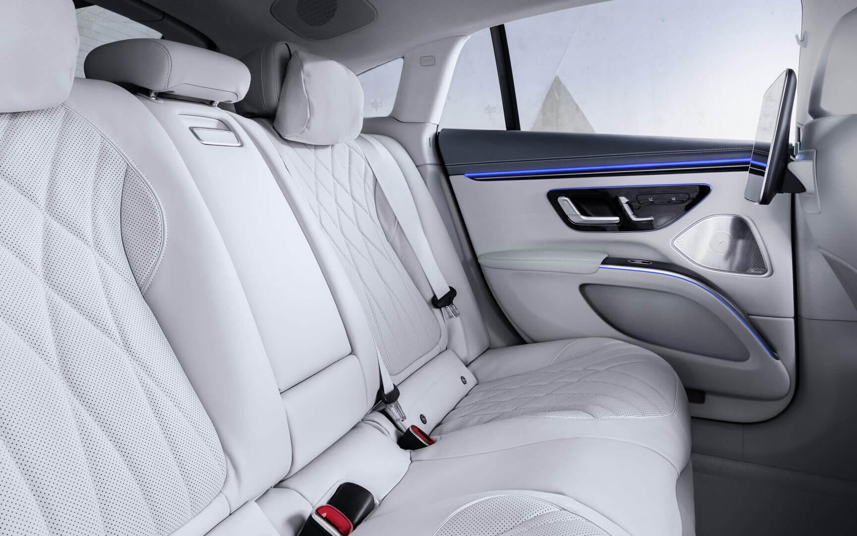 Задний ряд электрического седана Mercedes-Benz EQS