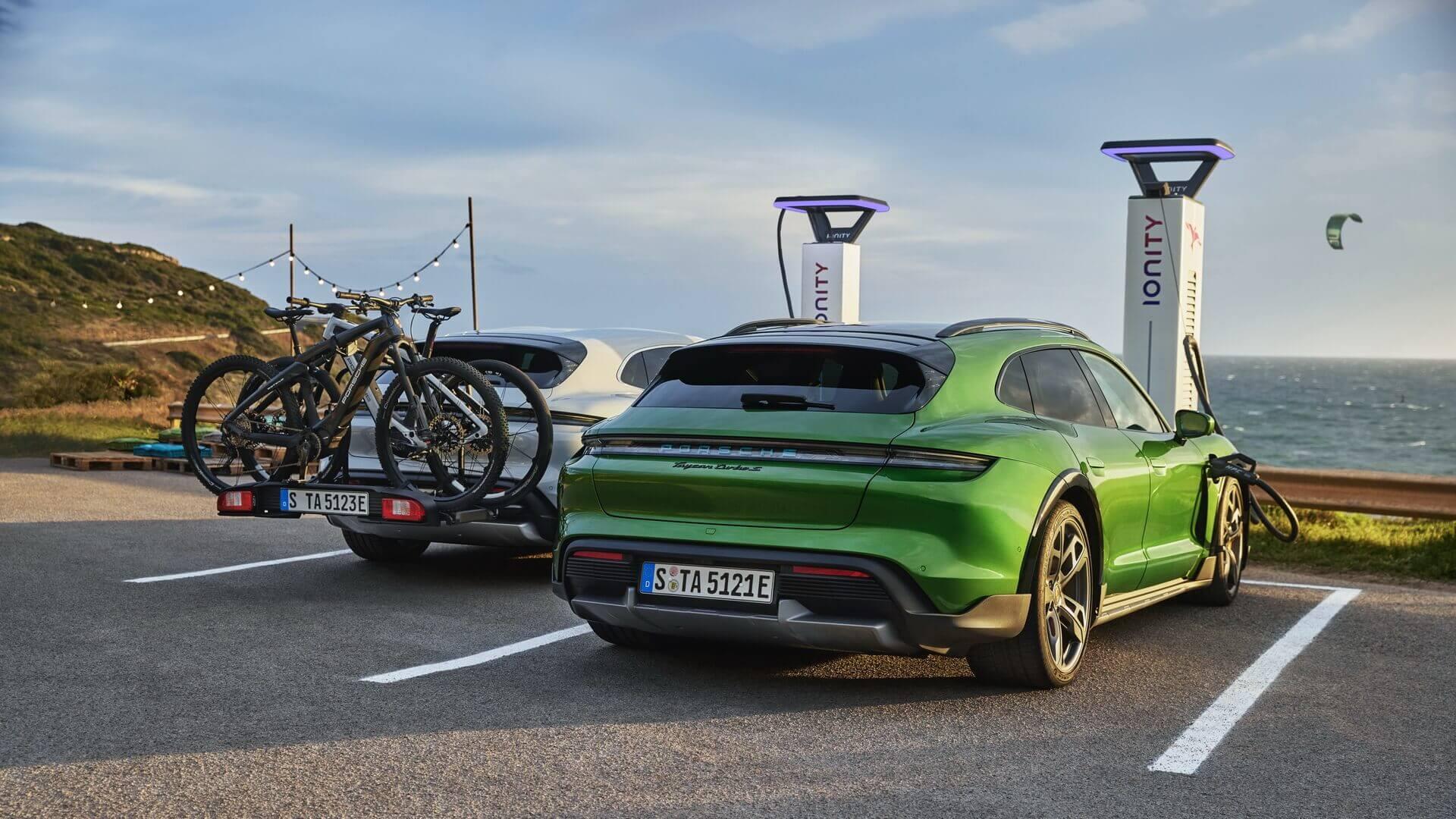 Специально для Taycan Cross Turismo Porsche разработала заднее крепление для 3 велосипедов