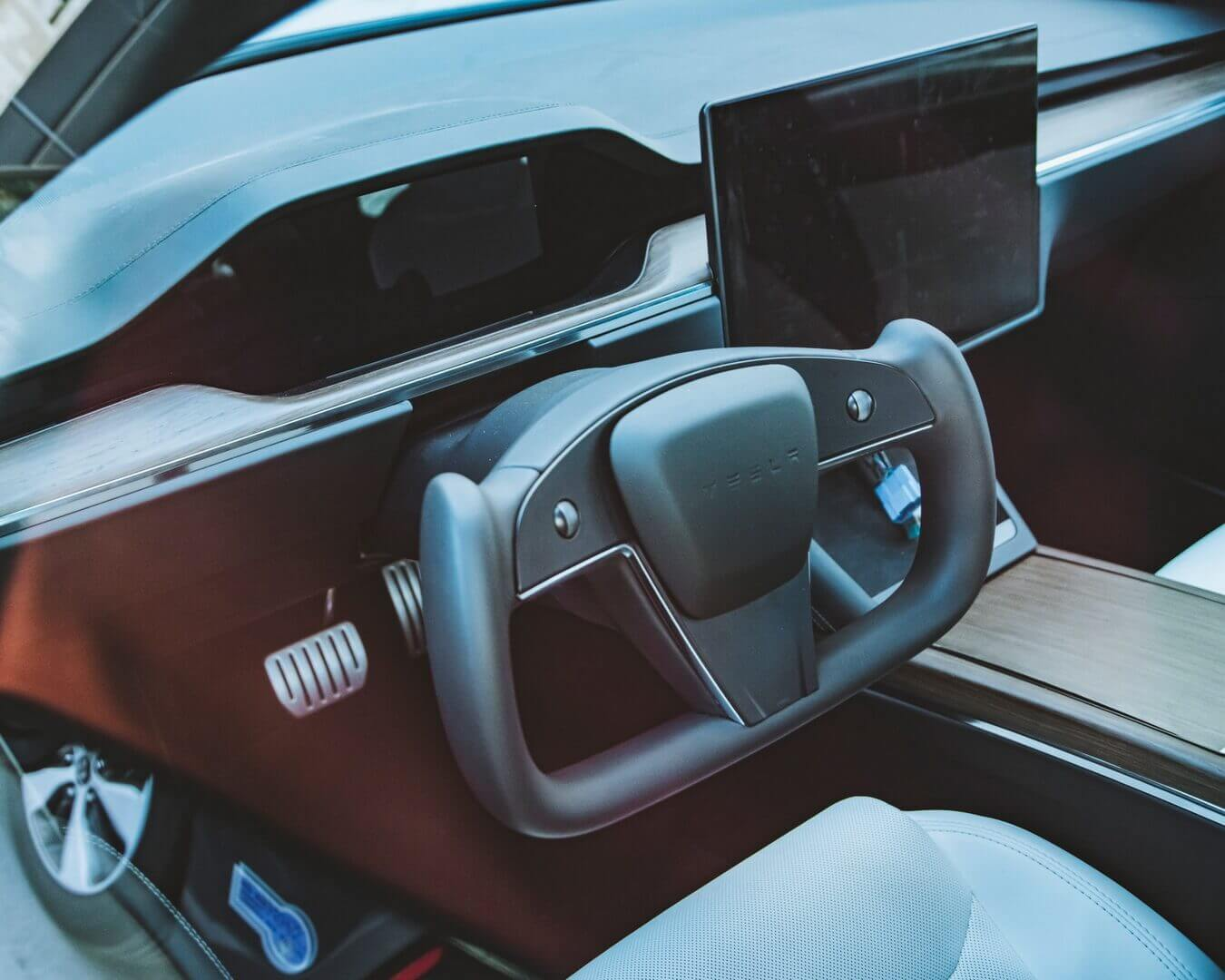 Первая серийная Tesla Model S 2021 года c новым рулем-штурвалом попалась на камеру