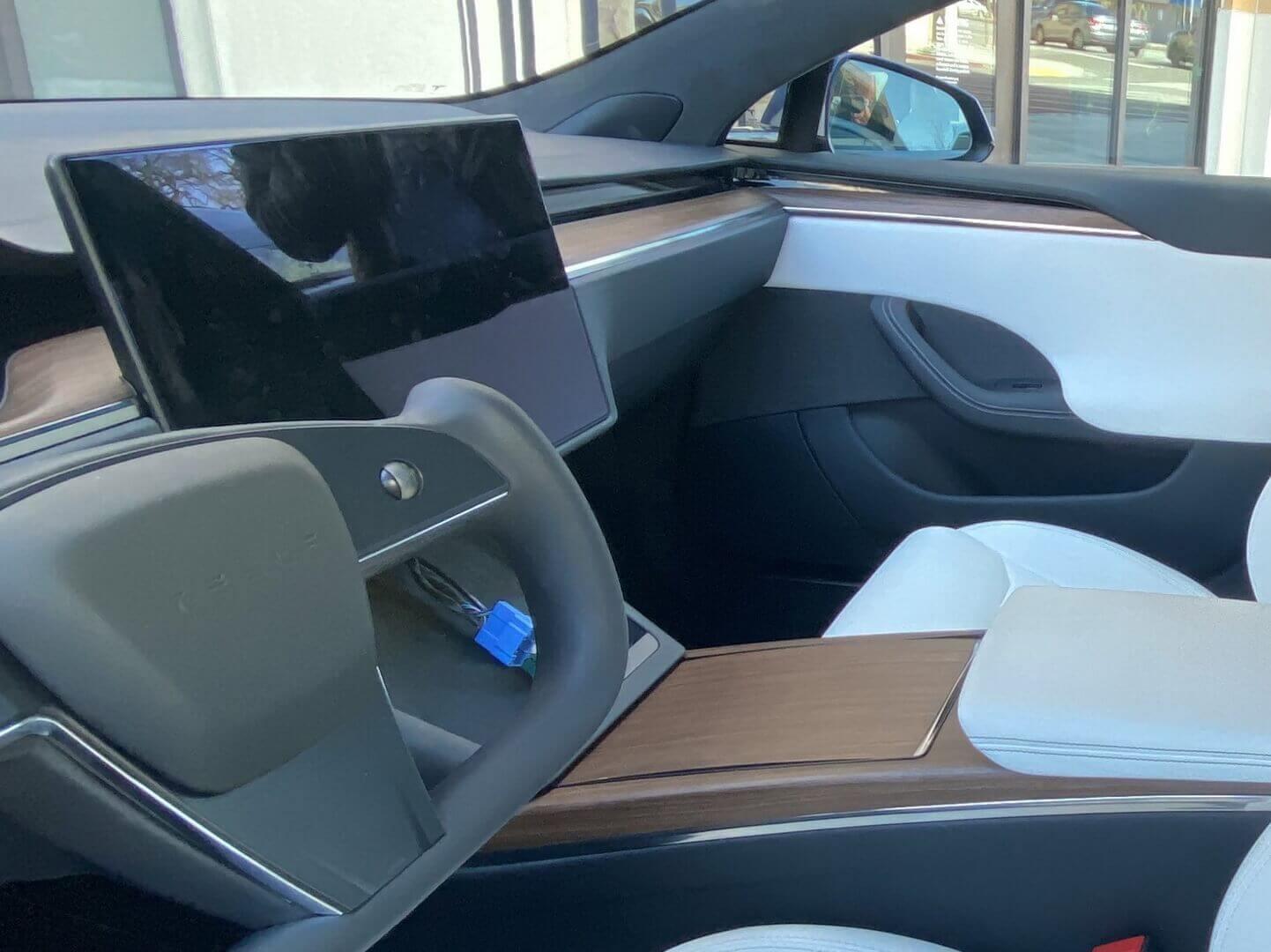 Впервые на серийной машине: шпионские фото штурвала обновленной Tesla Model S