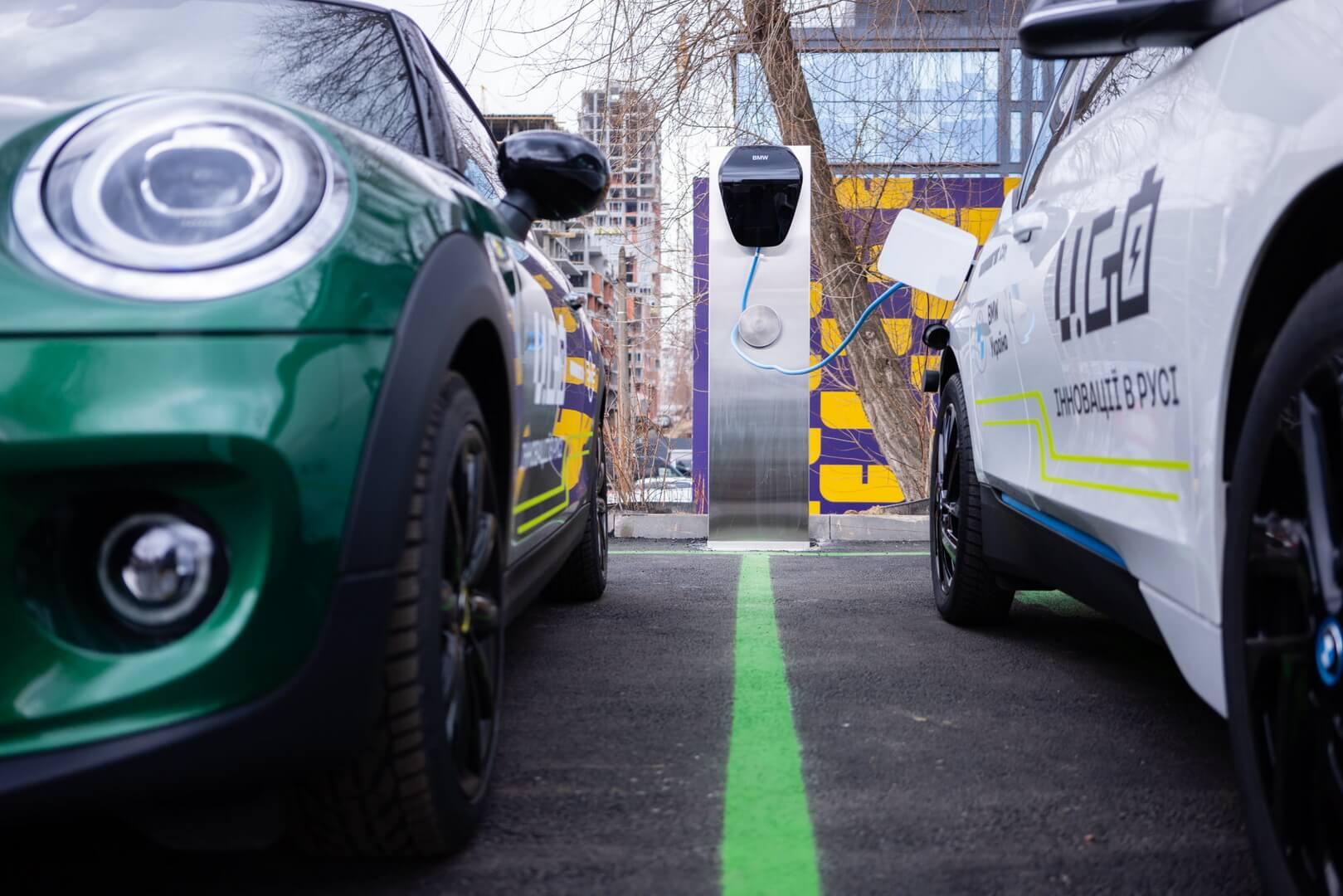 Зарядка электрокаров BMW i3 и MINI Cooper SE в парке UNIT.City